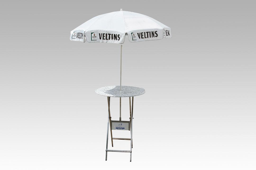 Veltins Schirm mit Tisch